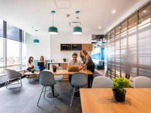 Oficinas modernas de Universal Colombia por Contract Workplaces